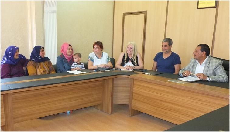 Hüzün Yücel ve Harran Belediye Başkanı Mehmet Özyavuz, projeyi Harran kadınlarına anlatıyor.