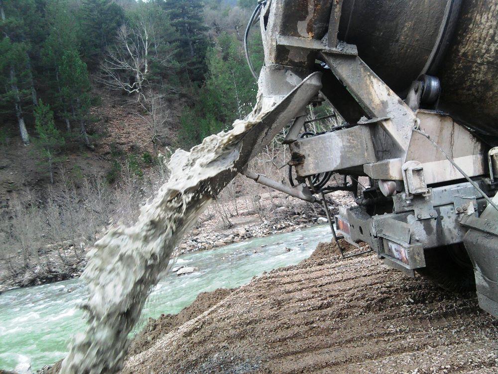 Türkiye'deki bin 396 belediyeden sadece 296'sının atık su arıtma tesisinin olması, zehirli suların kullanılabilir su kaynaklarına karışmasına sebep olarak doğal çevreye de zarar veriyor. (Fotoğraf Kaynağı: https://gazeteciyazaryusufyavuz.wordpress.com/)