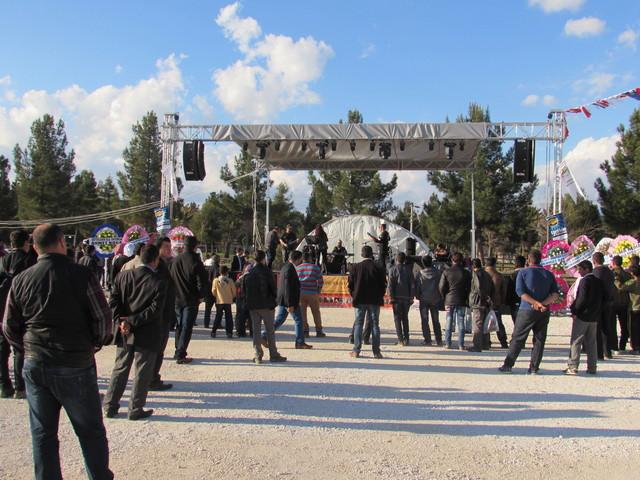 Harran Ekolojik Kadın Köyü konserinde izleyicilerin tamamını oluşturan erkekler.