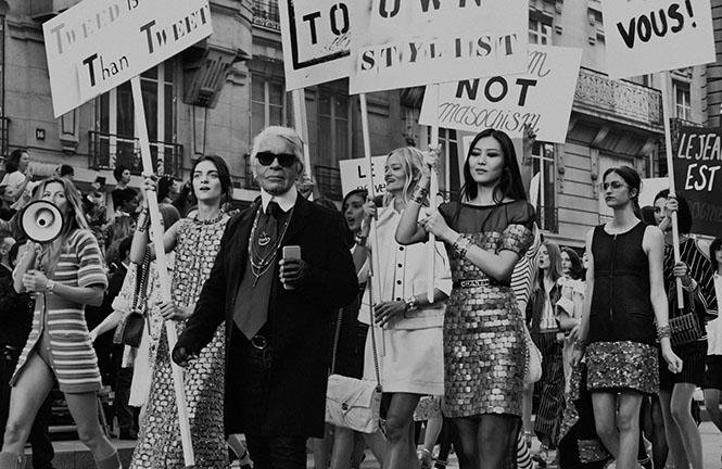 Karl Lagerfeld'in, Chanel defilesini sokaklara taşıyarak, feminist bir yürüşe çevirdiği fotoğraf. Mankenler, Chanel kıyafetlerinin yanı sıra, farklı sloganlar içeren pankartlarla son yıllarda dünya genelinde yeniden yükselişe geçen cinsiyet ayrımcılığına ve kadın-erkek eşitsizliğine dikkat çekmişti (!) Acaba öyle mi? Düşündürücü...