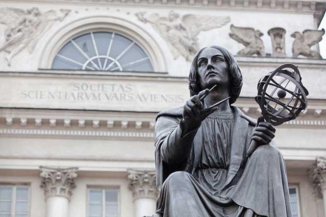 Polonyalı astronom Nikolas Kopernik'in Varşova'daki anıtı.