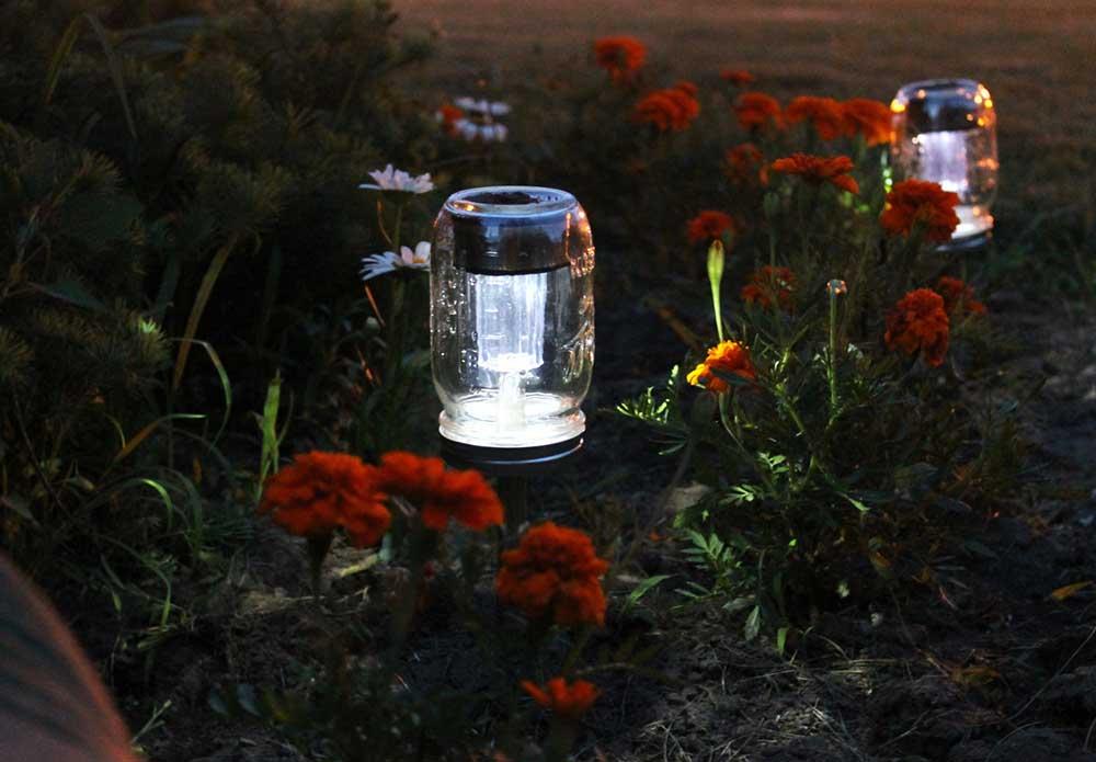 İleri dönüşüm ile elde edilmiş, güneş enerjisi ile çalışan cam kavanozdan lamba