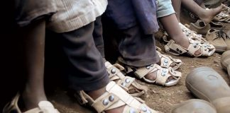 Milyonlarca fakir çocuğa yardım etmek için büyüyen ayakkabı icat eden adam