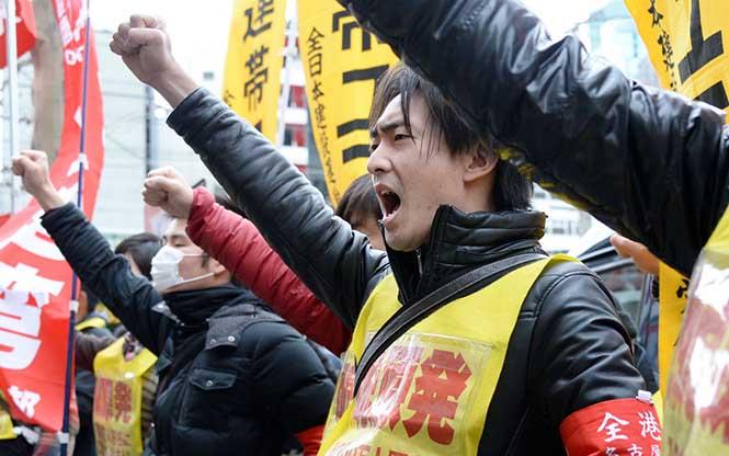 Tokyo'da 14 Mart 2014 tarihinde düzenlenen nükleer karşıtı eylemden. (Görsel Kaynağı: Al jazeera)