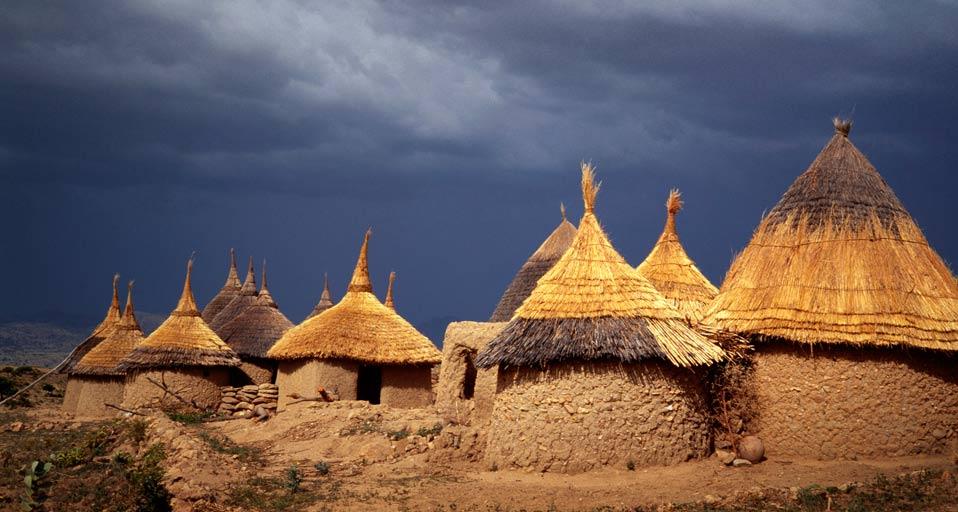 Beton yapılara alternatif olan kerpiç evler, Kamerun (Görsel Kaynağı: andinadigital.com)