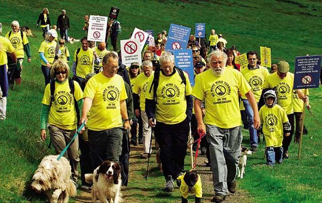Bitkibilimci David Bellamy tarafından başlatılan rüzgar santrallerine karşı yürüyüş (Görsel: Maverick Photo Agency)