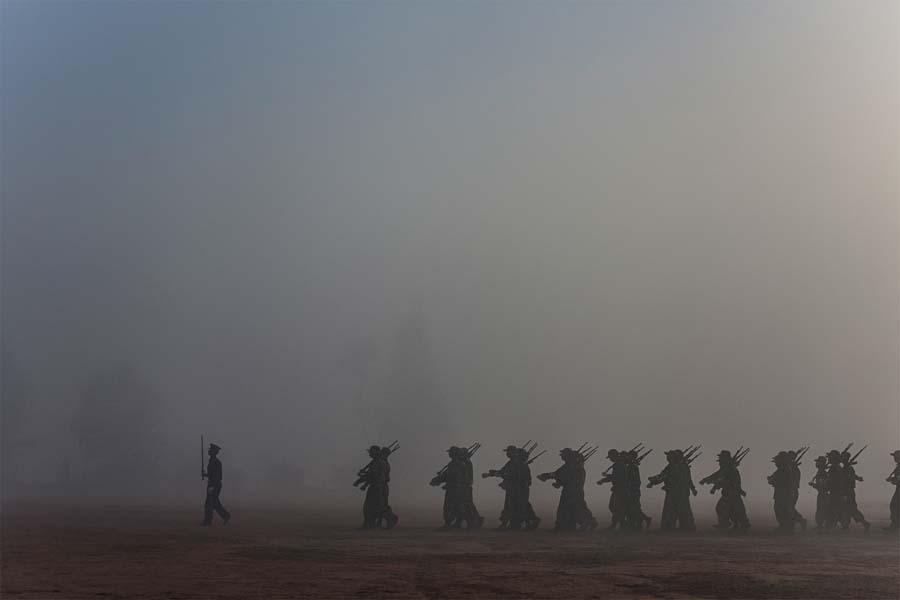 Kachin Bağımsızlık Ordusu'nun mezuniyet seremonisindeki askere yeni katılanlar, 2012.