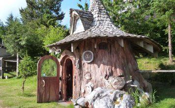 Ağaç kökünü oyarak 23 yılda inşa ettiği ağaç evde huzur içinde yaşıyor