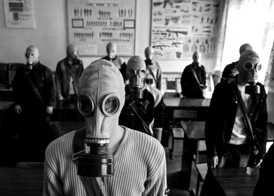 8_gas-mask-town-japan
