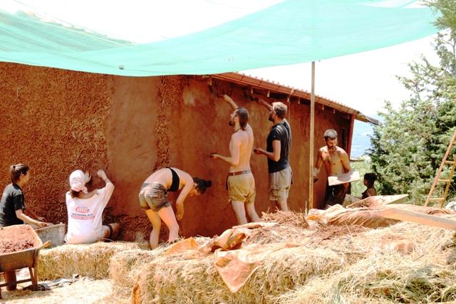 Doğal kerpiç evler yapan COB Greece topluluğu sürdürülebilir evler inşa ediyor (Görsel: cob.gr)