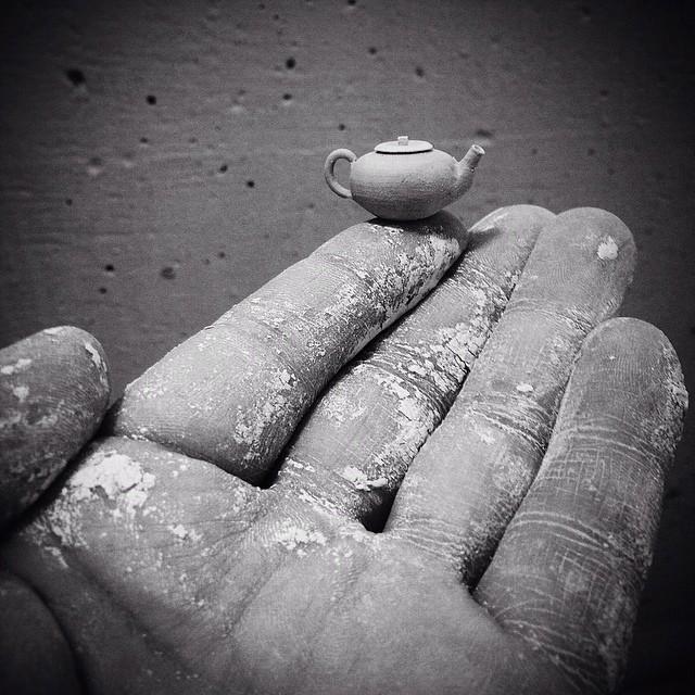 """Jon Almeda 1  """"Boyu değil işlevi önemli"""" algısını çürüten dünyanın en küçük seramikleri Jon Almeda 1"""