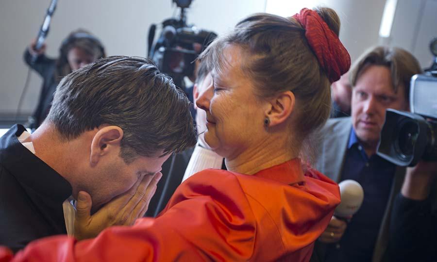 Urgenda Vakfı'nın yöneticisi Marjan Minnesma, dava sonrasında sevincini avukat Roger Fox'a sarılarak paylaşıyor (Görsel: The Guardian)