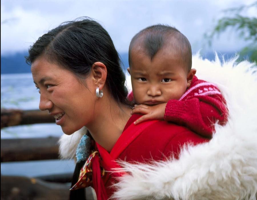 chica con bebé