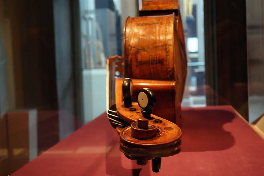 Günümüze kadar gelmeyi başarabilmiş dünyanın en eski çellosu Amati 6
