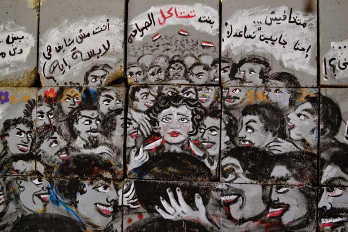 Sokak sanatçıları El Zeft ve Mira Shihadeh'in Mısır'da kadına tecavüz suçunu işledikleri duvar sanatı.