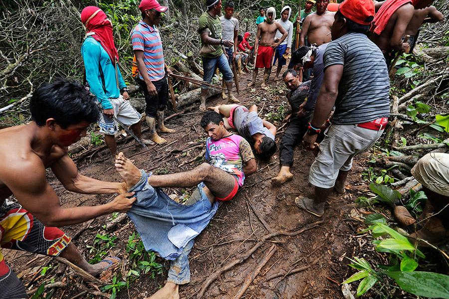 Ka'apor savaşçıları yakaladıkları oduncuları bağlayıp pantolonlarını çıkarıyor (Lunae Parracho/Reuters)