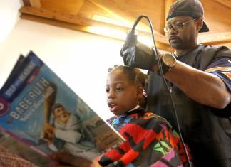 Kendine kitap okuyan çocukların saçlarını hiçbir ücret almadan kesiyor