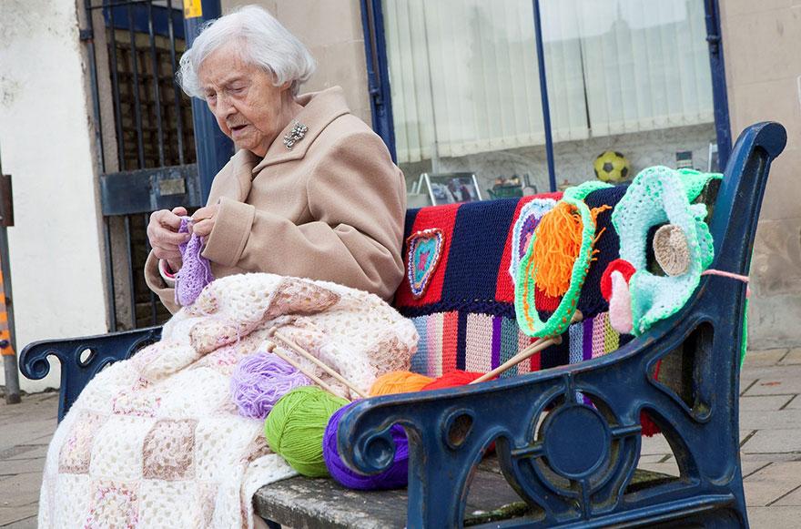 104 yaşındaki dünyanın en yaşlı sokak sanatçısı şehri örgüleriyle donattı