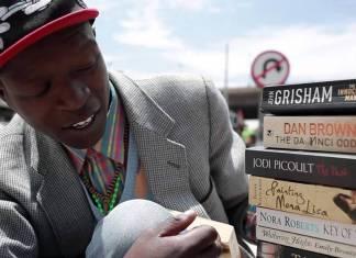 Sokaktaki yaşamını kitap satarak ve okumaya teşvik ederek sürdürüyor