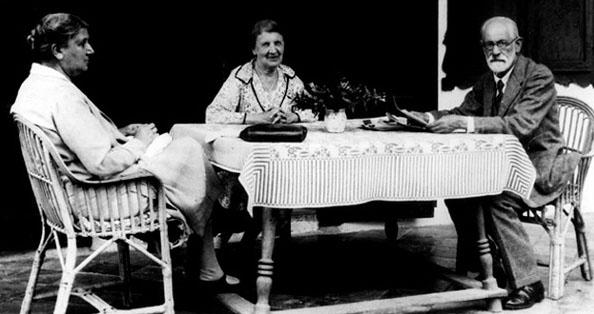 Sigmund Freud, Eşi Martha Bernays Freud ve Eşinin Kızkardeşi Minna Bernays, 1929  İnsanlığın büyük travması: Sigmund Freud Sigmund Freud 8