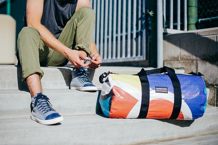 Bu sörf tutkunları, eski reklam panolarını sürdürülebilir, harika sörf çantalarına dönüştürüyorlar 4