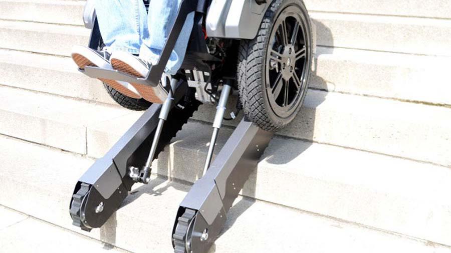 Kendi kendine dengede durabilen tekerlekli sandalye basamaklardan otomatik olarak inip çıkabiliyor 3