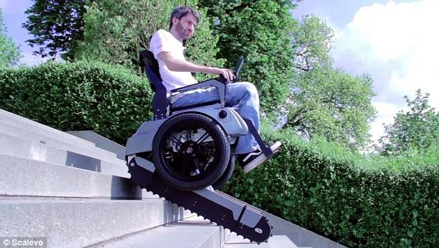 Kendi kendine dengede durabilen tekerlekli sandalye basamaklardan otomatik olarak inip çıkabiliyor