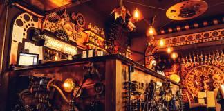 """""""Tırım-tırak"""": Dünyanın ilk hareketli steampunk temalı barı Romanya'da açıldı"""