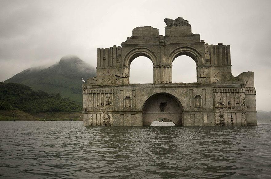 colonial-church-emerges-water-resevoir-temple-santiago-quechula-mexico-1