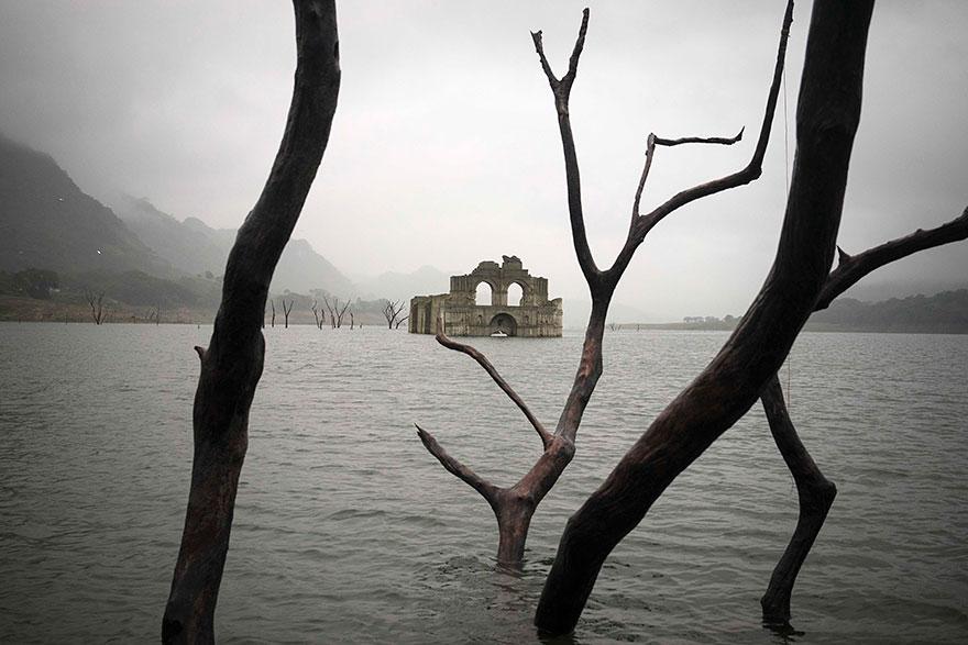 colonial-church-emerges-water-resevoir-temple-santiago-quechula-mexico-7