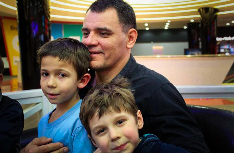 Öksüz ve yetim çocuklarınhamisi, tartışmalıve dişli bir papaz ile tanışın 4