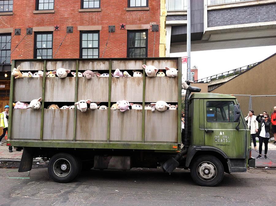 Ünlü sanatçı Banksy'nin tasarladığı bu çalışma, eziyet gören çiftlik hayvanlarının durumuna dikkat çekmek için yapıldı.