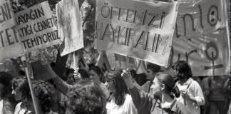 Sepetlerdeki mor iğneler ile başlayan kadın hakları hareketi 26. yılında