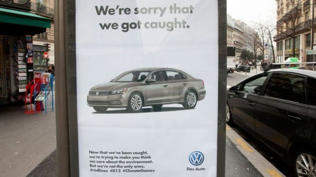 """Volkswagen ile dalga geçilen posterde geçtiğimiz aylarda ayyuka çıkan emisyon krizine atıfta bulunuluyor. Posterde, """"Yakalandığımız için üzgünüz"""" yazıyor."""