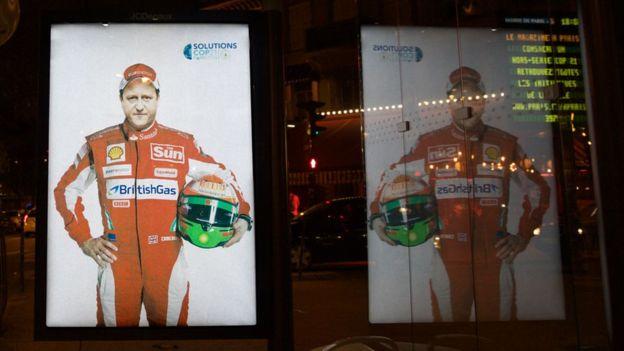 Bu afiş çalışmasında Formula 1 kıyafetleri içerisindeki İngiltere Başbakanı David Cameron eleştiriliyor