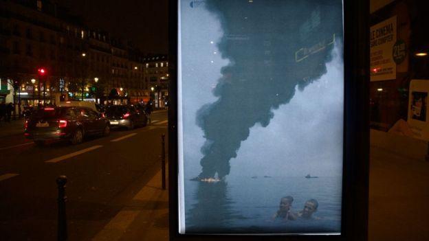 Obama'nın petrol ile bağının eleştirildiği afiş çalışması