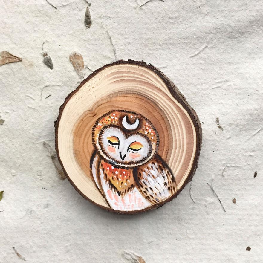 Ağaçların dibine düşen odun parçalarından mükemmel sanat eserleri yaratıyor