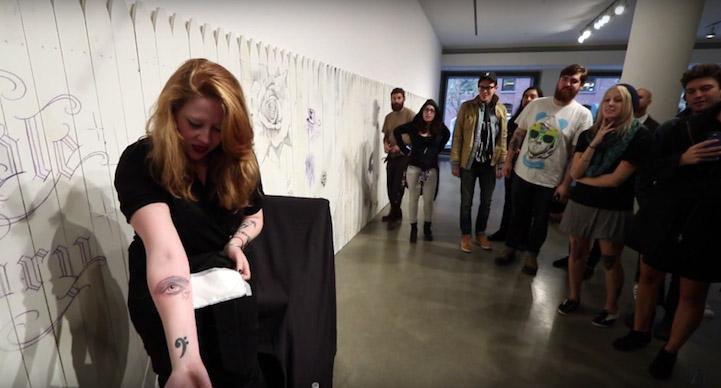 Duvarın arkasından dövme foto 3  Kendisine güvenenlere duvarın arkasından sürpriz dövmeler yapıyor Duvar C4 B1n arkas C4 B1ndan do CC 88vme foto 3