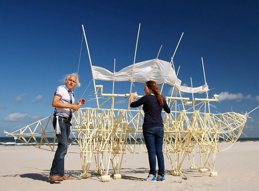 """Hollandalı sanatçı rüzgâr gücüyle hareket eden muhteşem """"heykeller"""" yaratıyor"""
