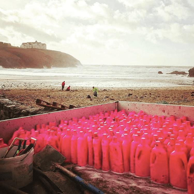 İngiltere'de binlerce plastik deterjan şişesi sahile vurdu 2