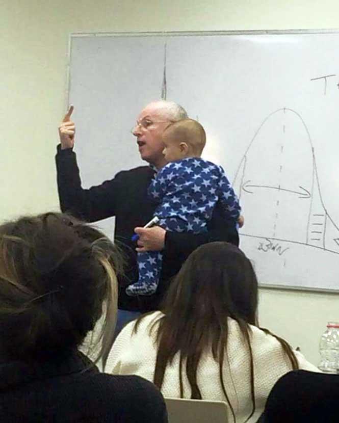 #10 Dersi sırasında öğrencisinin ağlayan çocuğunu sakinleştirmek için kucağına alan ve bu şekilde dersini işleyen öğretmen