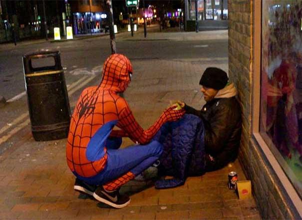 #14 İsimsiz örümcek adamın bir evsizi besleyerek herkesin kahraman olabileceğini göstermesi