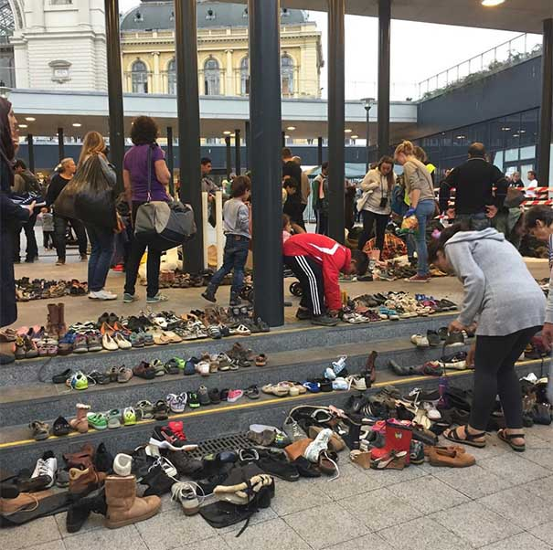 #15 Macarların Budapeşte tren istasyonuna göçmenler için getirdiği ayakkabılar