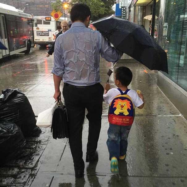 #17 Çocuğunu yağmudan korurken sırılsıklam ıslanmış baba