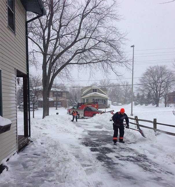 #29 Kalp krizi geçiren yaşlı adamın evinin önündeki karları kürüyen acil yardım çalışanları