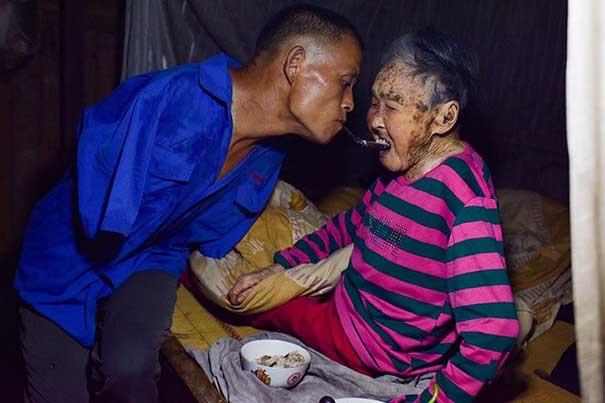 #31 Kolları olmayan oğulun felç geçiren annesini ağzıyla beslemesi