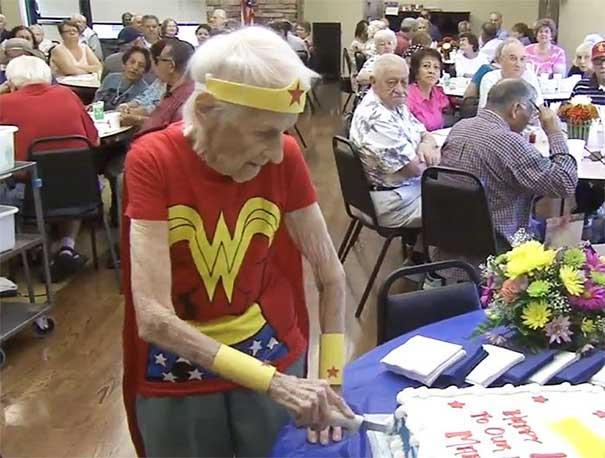 #33 103. yaşını 'süper kadın' kostümü giyip, huzur evinde gönüllü çalışarak kutlayan bu kadın