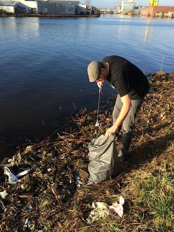 #34 Yolunun üzerinde bulunan kıyı üzerindeki çöpleri temizleyen bu Alman