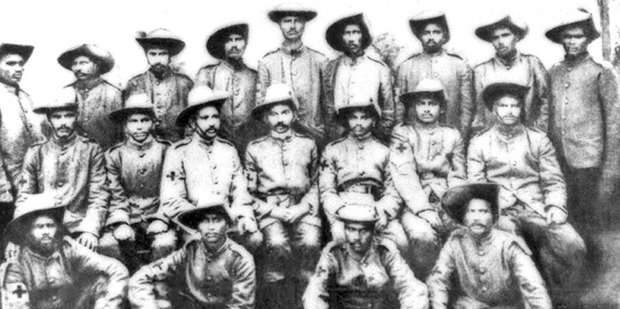 Gandhi, Zulu direnişine karşı orduda, 1906 (Orta sıra sağdan üçüncü)