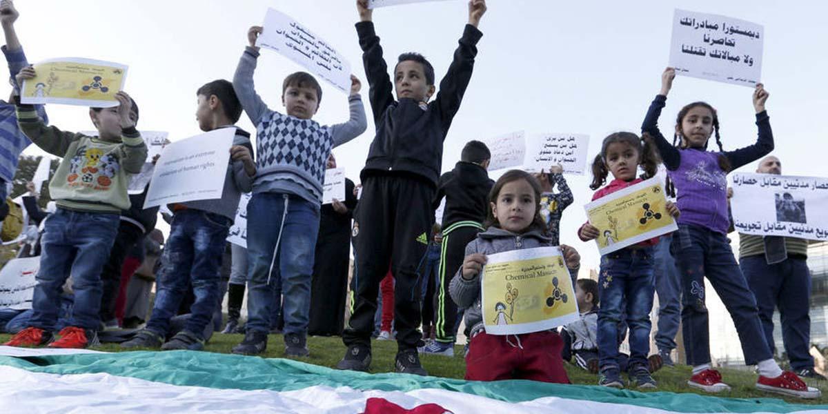 Suriyeli çocuklar Madaya ve Zabadani kusatmasini BM Genel Merkezi'nde protesto ediyor